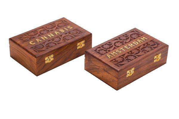 """קופסאת אחסון מעץ איכותי עם גילוף הודי בעבודת יד. עם סוגר וחלוקה פנימית. מידות (בס""""מ) -22.3×14.3×7"""
